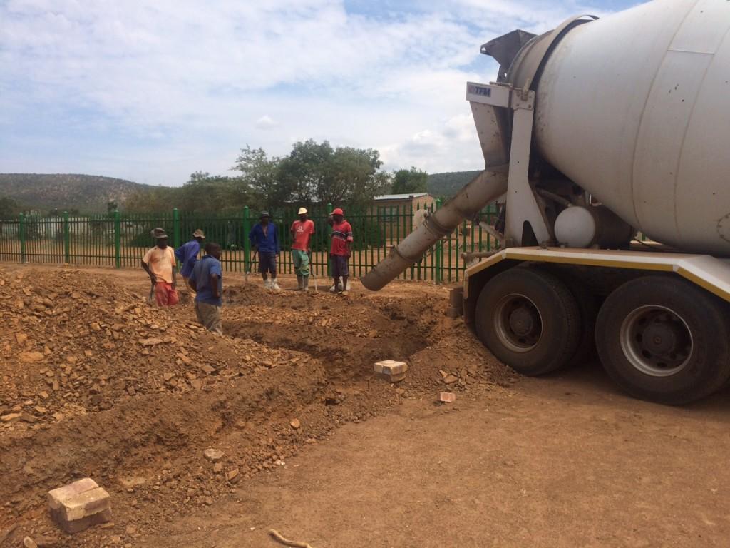 Baubeginn Mini Campus 1 Betonmischer