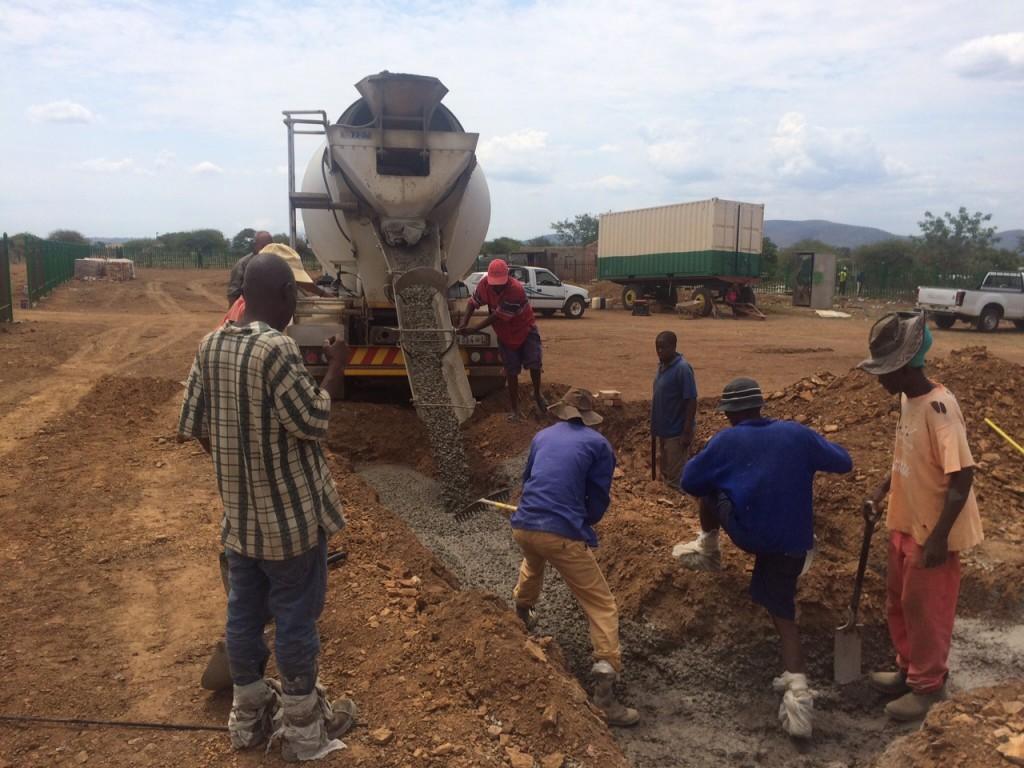 Betonmischer 3 Arbeiter aus der Gemeinde